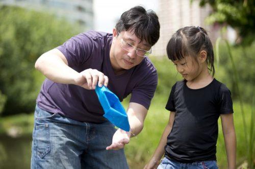 Cha mẹ nên làm bạn cùng con trong cuộc sống