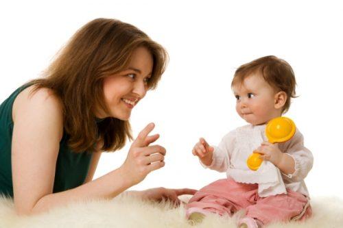 một trong những cách để con phát triển trí thông minh đó là cha mẹ cần thường xuyên trò chuyện cùng con