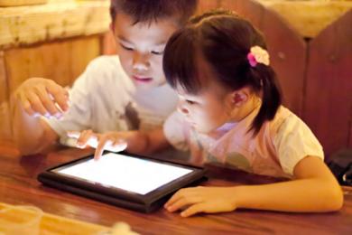 Mối nguy hại không tưởng từ việc cho trẻ sử dụng smartphone