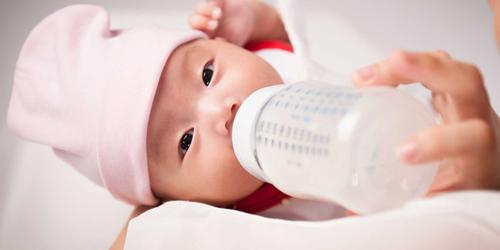 Sữa công thức luôn được các bà mẹ dành cho con bú khi mẹ thiếu sữa