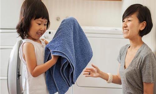 Mẹ định kỳ vệ sinh nhà cửa