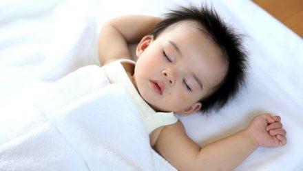 Lợi ích việc không dùng gối khi ngủ cho bé yêu