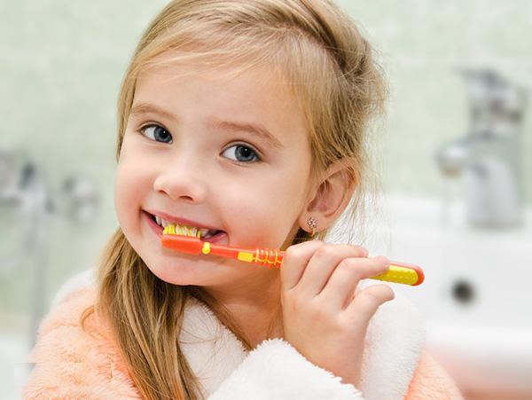 Dạy trẻ chải răng và dùng kem đánh răng có chứa fluor