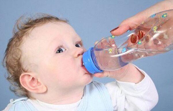 Cho trẻ uống nhiều nước khi trẻ bị cúm